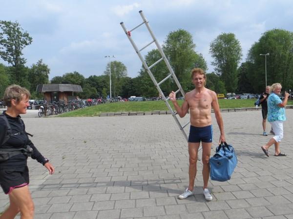 132. Jos Cornelissen bedankt voor het meenemen van de ladder.