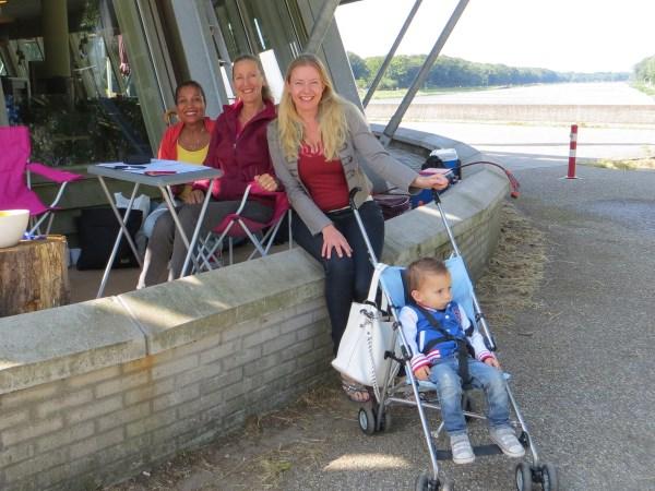82 De dames van de verzorging/ronde telling en vriendin Agnes de Jong die spontaan waarnam voor de ronde telling samen met zoontje Rayan.