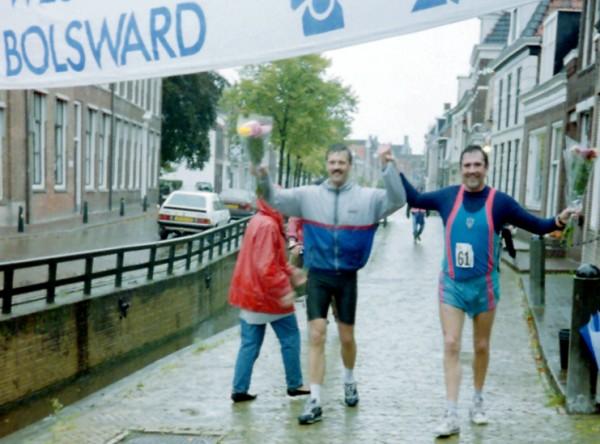 Finish Afsluitdijk Marathon 1993 in Bolsward samen met Rob de Meij