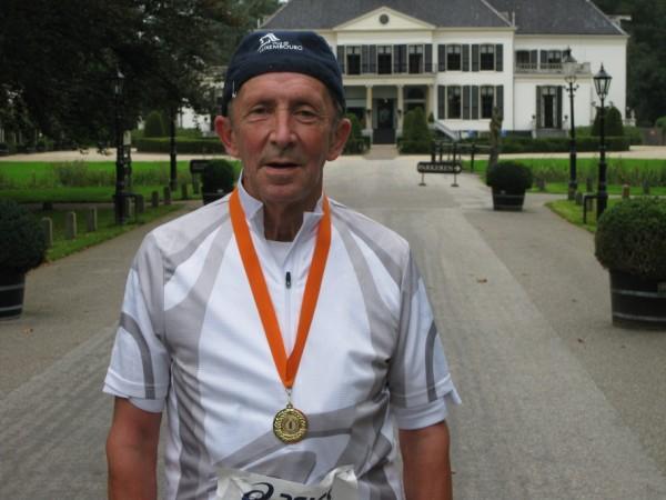 """""""Weltmeister"""" Horst Preisler (D), 75 jaren jong, de nummer 1 van de wereld, de nummer 1 van de 100 Marathon Club Duitsland, met1701 Marathons."""