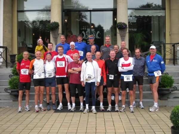 2De groepsfoto, 21 Marathonvrienden, samen 6002 Marathons!