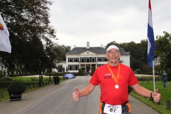 Willem Muetze, de man met de meeste Marathons van Nederland, de nummer 7 van de wereld, met een Koninklijke Onderscheiding voor zijn verdienste voor de loopsport, Lid in de Orde van Oranje Nassau, lid van de 100 Marathon Club Duitsland, met1070 Marathons.