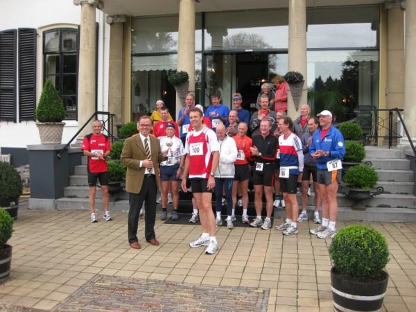 6Johan Agricola ontvangt de Francis 100 Engelenburg Marathon bokaal