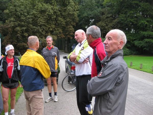 8Marathonvrienden uit België, Duitsland en Nederland praten bij