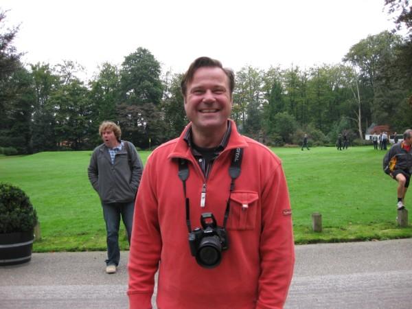 20De fotograaf, tweelingbroer van Josch de tentbouwer, draait zijn camera warm