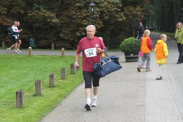 22Dick van Es komt zijn laatste marathon (succesvol) lopen