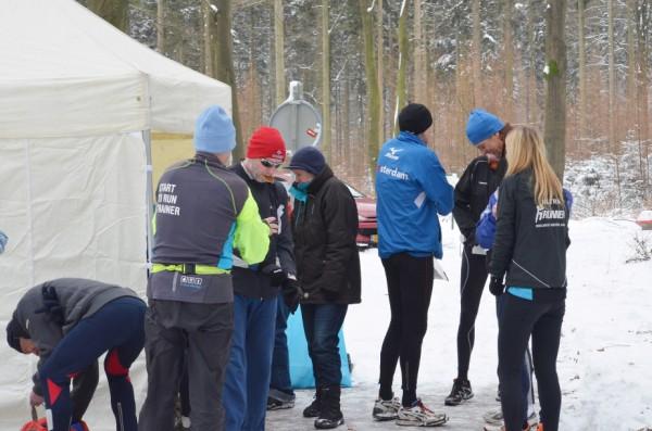 1De Watermolenveen Marathon werd ondanks het pak sneeuw niet afgeblazen maar er werd wel voorspeld dat het een uidaging zou worden, zelfs voor de  ervaren lopers. Een pittige marathon, wit van de eerste tot de laatste stap, maar wat was het mooi.