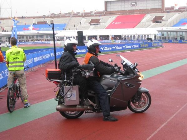 12 De TV motorfiets draait warm