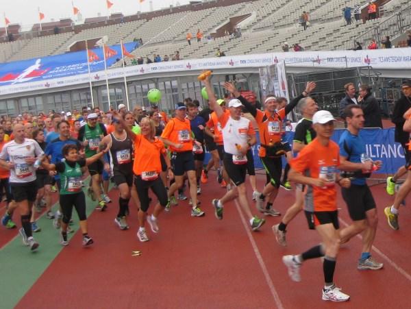 16 En marathon-talent Jet Klomp (met ballon) uit te zwaaien
