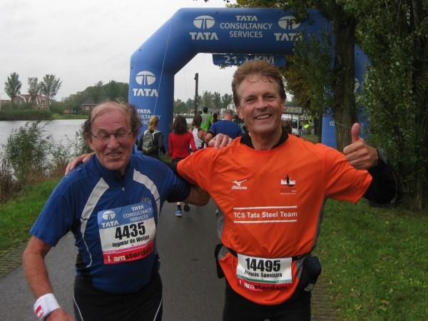 27 Het koste mij 21 kilometer voordat ik de soepele loopstijl van mijn grote vriend uit Soest herkende tussen de 18.000 deelnemers. Bekend in binnen- en buitenland, en voor zijn veiligheid loopt hij niet meer onder zijn eigen naam, hij heeft vervelnd medisch incident achter de rug waarna marathonlopen niet meer kon, herstelde wonderbaarlijk tijdens de Bosbaan Marathon 2013, de zeer gewaardeerde marathon vriend Hans Kleinekoort. Op je gezondheid Hans!