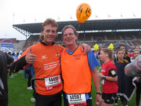 6 Voordat hij er als een haas vandoor gaat op de foto met Bosbaan Marathon veteraan en beroemde Pacer, de sympathieke top-atleet Wim Hogentoren