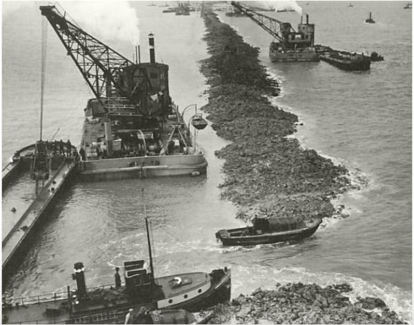 2 Op 28 mei 1932, om 13.02 uur, werd de Vlieter, het laatste gat in de Afsluitdijk, gesloten. Vier maanden later, op 20 september 1932, werd de naam Zuiderzee officieel geschiedenis. Het binnendijkse deel heette voortaan IJsselmeer, het buitendijkse deel Waddenzee. Nadat de afrondende werkzaamheden waren voltooid, werd de Afsluitdijk op 25 september 1933 officieel opengesteld voor het verkeer. Victor de Blocq van Kuffeler, directeur-generaal der Zuiderzeewerken, verrichtte de openingshandeling.