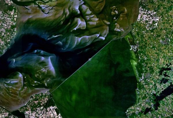 3 Satellietfoto van de Afsluitdijk gemaakt op 3 mei 2005