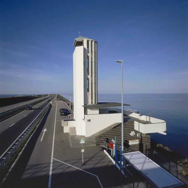 7 het Monument bij Den Oever waar de Afsluitdijk Marathon in het verleden startte.