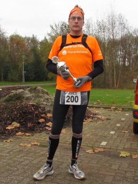 8 Jos Cornelissen liep op deze dag in Zuidlaren de Saksen Marathon en volbracht daarmee zijn 200ste marathon. Omdat ik met Louis Hufkens in Geldrop had afgesproken kon ik daar helaas niet bij zijn. Maar in samenwerking met Post.nl en Ronald Kwint kreeg Jos zijn presentje en passend startnummer overhandigd en werd het op de gevoelige plaats vastgelegd voor het nageslacht. Een drukke baan, een gezin, in het bestuur van de Dutch 100 Marathon Runners, de drijvende kracht achter Ropa Run Team Flora Holland, en dan ook nog 200 marathons volbrengen is een prestatie van formaat. Jos gefeliciteerd!