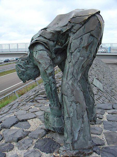9 Tegenover het Monument De steenzetter van Ineke van Dijk werd geplaatst in 1982, ter gelegenheid van de vijftigste verjaardag van de Afsluitdijk.