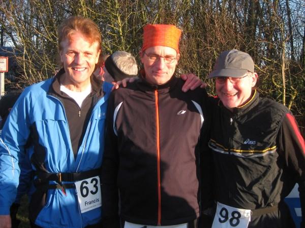 """8 Het voltallig bestuur van de """"Dutch 100 Marathon Runners"""" Francis Spoelstra en Jos Cornelissen, geflankeerd door marathon icoon Hans Buis"""
