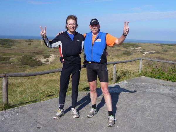 48 Francis Spoelsra en Willem Muetze genieten van hun vriendschap en en het prachtige vergezicht in de duinen van Castricum