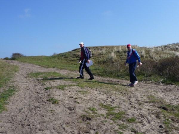 64. Dan komen we de iets eerder gestarte voorlopers en snelwandelaars Alex Wijsman en Jan de Jonge van de LAT tegen