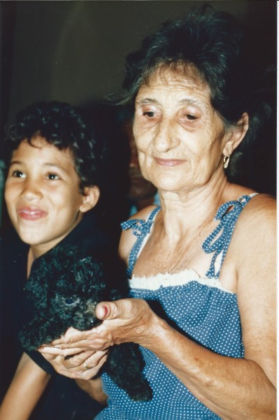 Eduardo Soriano met Oma Enedina en hondje Cucaracha