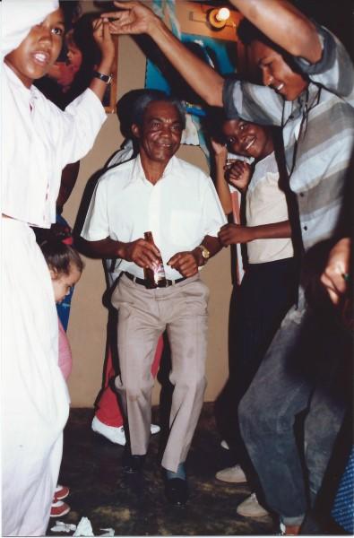 Opa Martin is vrolijk op de verjaardag van Ed Soriano