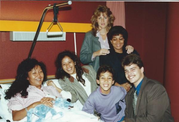 Ed Soriano op ziekenbezoek bij May, met mama en vrienden Dirk en Patricia