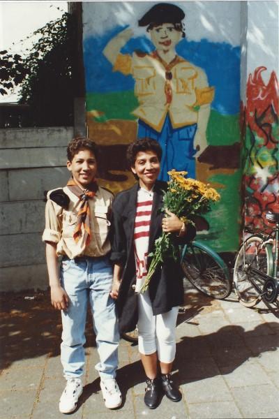Ed Soriano is Scout en krijgt bloemen van mama