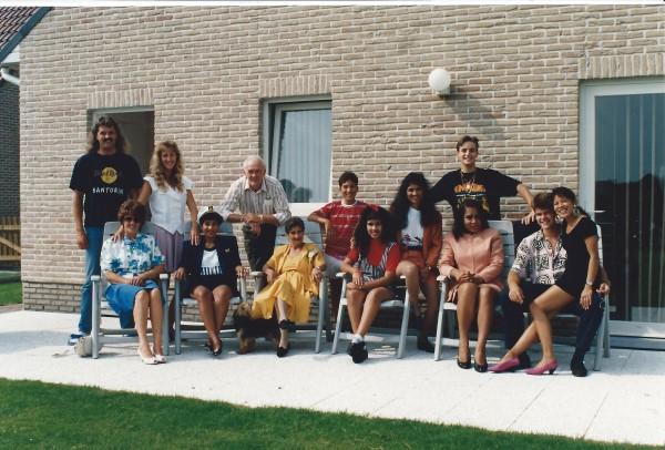 Ed Soriano met mama, oma Enedina, tante negrita, nicht Yenny, Patricia en Dirk Bavelaar en Ooy en john Mulder