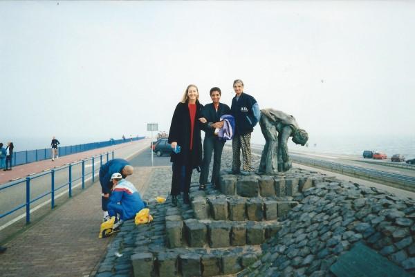 3. familie bij het monument