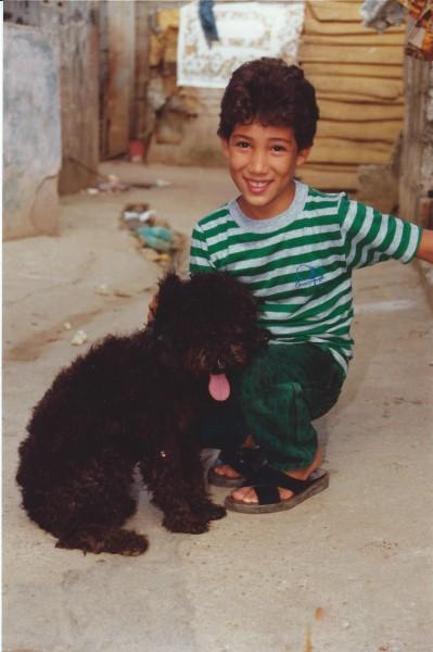 Ed Soriano met nieuwe kleren en hondje Cucaracha die Francis cadeau deed aan oma Enedina
