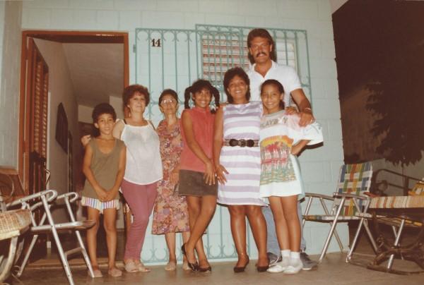 Eduardo Soriano naast de Lourdes (zus van oma Enedina) Yenny, mama, Sujey