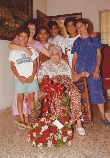 Eduardo Soriano met mama, oma en over-groot-moeder