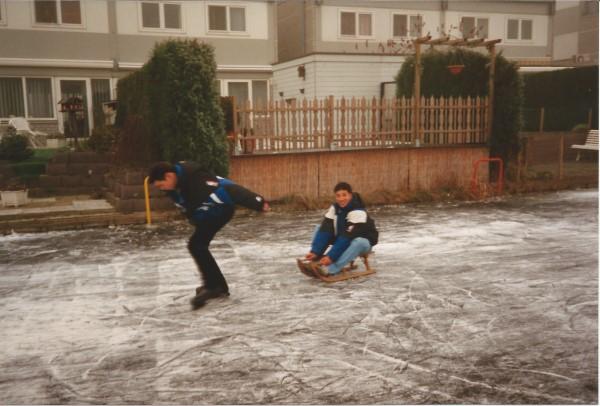 Ed Soriano op het ijs achter ons huis