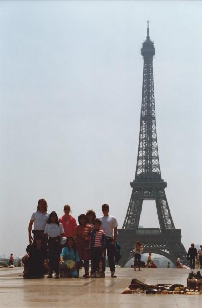 Ed Soriano in Parijs bij de Eiffeltoren