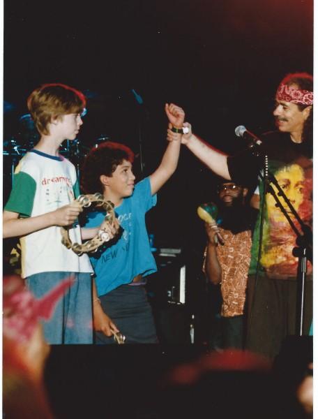 Ed Soriano op het podium met Carlos Santana in Keulen (456 x 600)