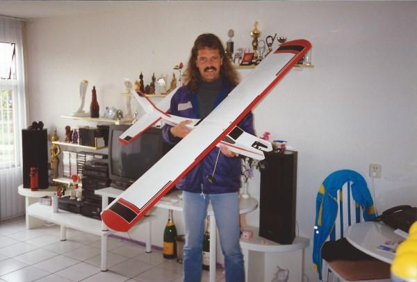 Model vliegtuig gekocht om samen met Ed Soriano te bouwen en te vliegen