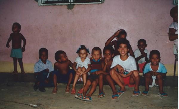 Eduardo Soriano met vriendjes op straat