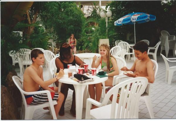 Ed Soriano met Simone in het zwembad