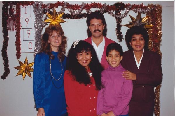 Ed Soriano viert in de vakantie-bungalow de jaarwisseling met mama en vriendin May
