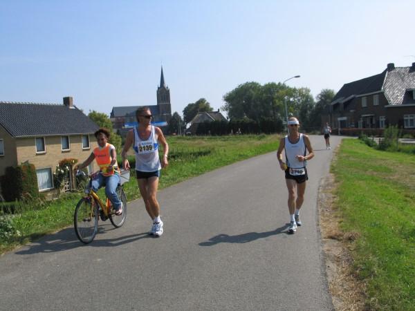 Rechts Theo de Jong