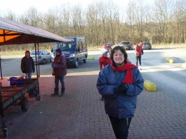 88. De derde verzorgingspost van de Silvester Marathon met Annemarie Muetze-Hosli